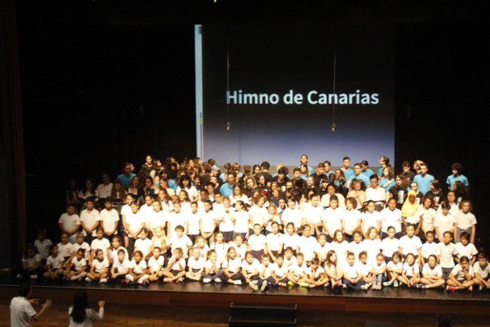 Escolares cantando el Himno de Canarias