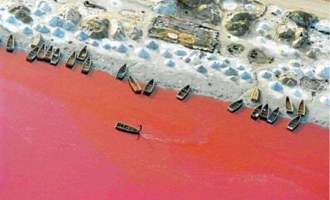 Lago rosa de Senegal en África