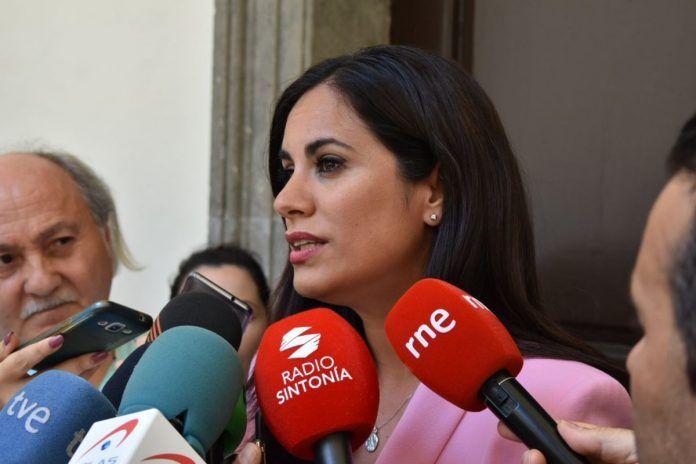 Vidina Espino durante declaraciones a los medios