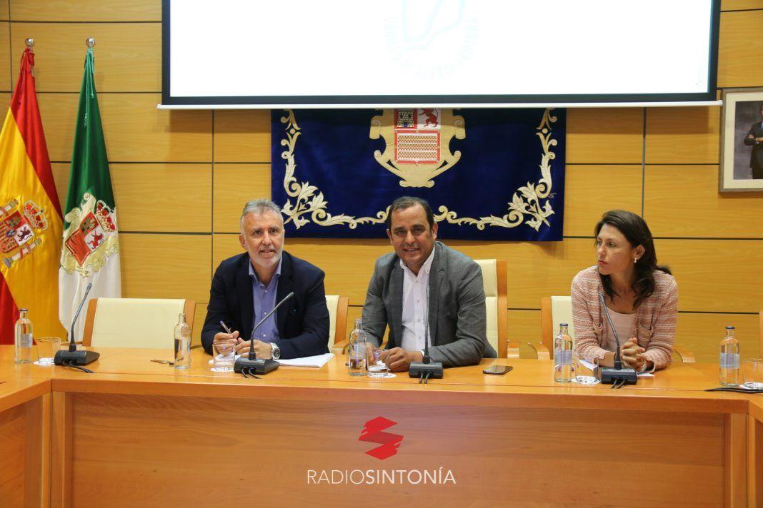 El presidente de Canarias, Ángel Víctor Torres, explica la situación del Oliva Beach en Fuerteventura